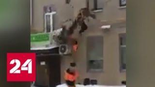 В Москве двое рабочих сорвались с пожарной лестницы - Россия 24